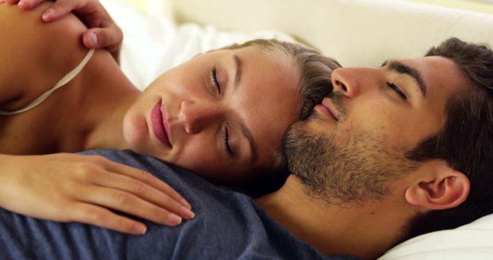 tidur berbantalkan lengan suami