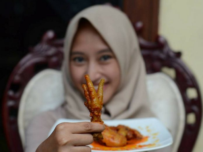 Bila Nak Masuk 30-an Rajin-rajin Ratah Kaki Ayam, Itu Rahsia TopUp Kolagen Awet Muda