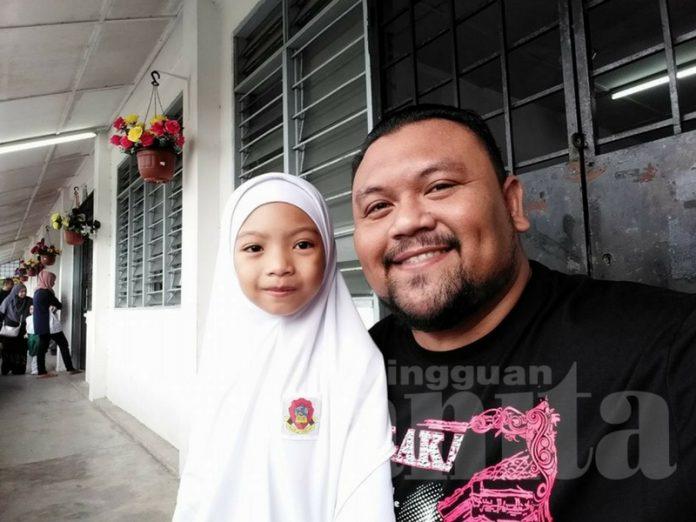 Baju-Kain-Tudung Sekolah Kakak Habis Kena Muntah, Papa Kasihan Sangat Dekat Kakak..