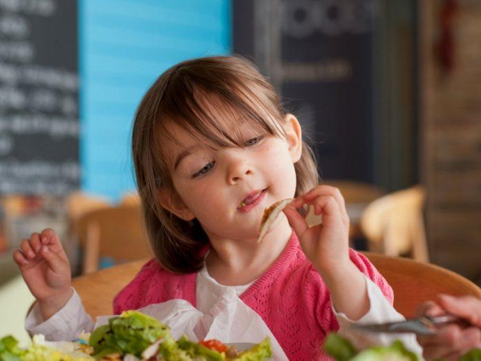 Awas! Pastikan Anak Kunyah Makanan Dengan Betul Atau Berdepan Risiko Kencing Manis Bila Dewasa
