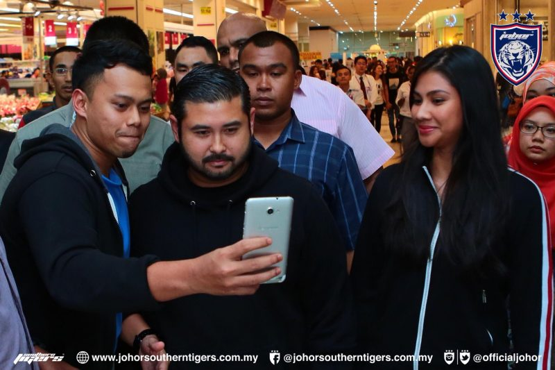 Jeritan Bahagia Bangsa Johor, Bila TMJ Belanja Sepenuhnya Keperluan Dapur Mereka Ketika 'Shopping' Di Pasaraya