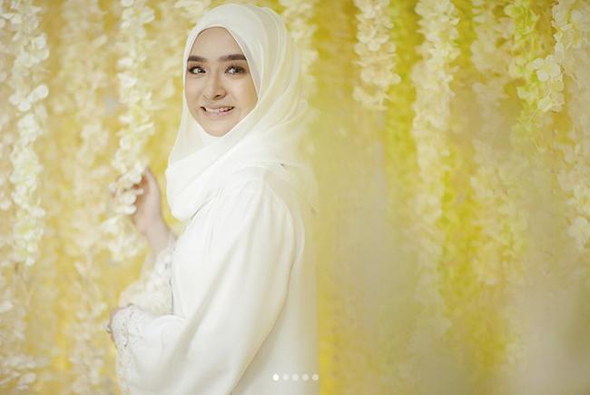 Ziela Jalil Dapat Menantu Doktor, Manisnya Henna Putih Di Jemari Dr Puteri Julia Waktu Majlis Nikah