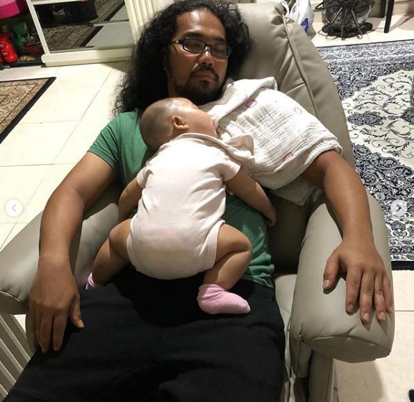suami tidurkan anak