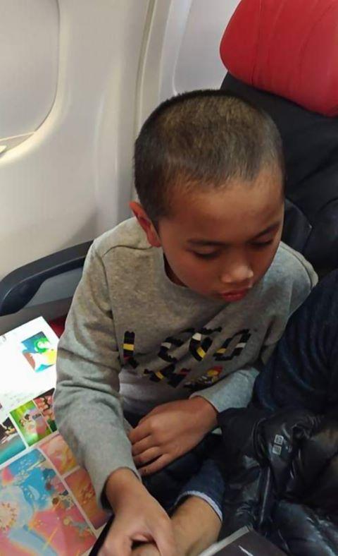 Bimbang Anak Autisme Ganggu Penumpang Lain, Ibu Ini Selit Nota Dan Snack Waktu Penerbangan