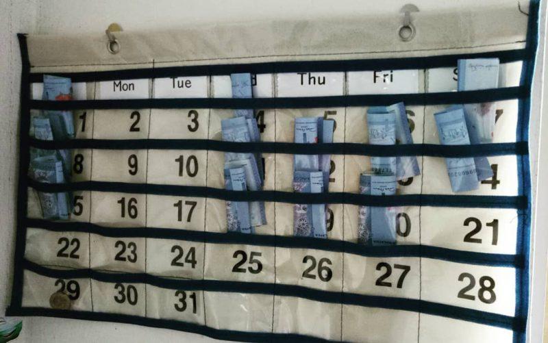 Kalendar Berpoket Ini Mudahkan Mak, Latih Anak Simpan RM1 Sehari
