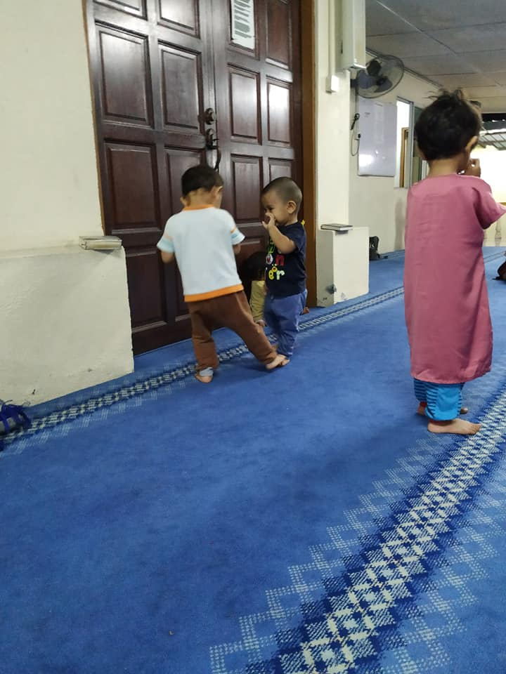 Dari Kecil Biasakan Anak Lelaki Solat Tarawih Di Masjid, Ibu Ini Tunjuk Cara