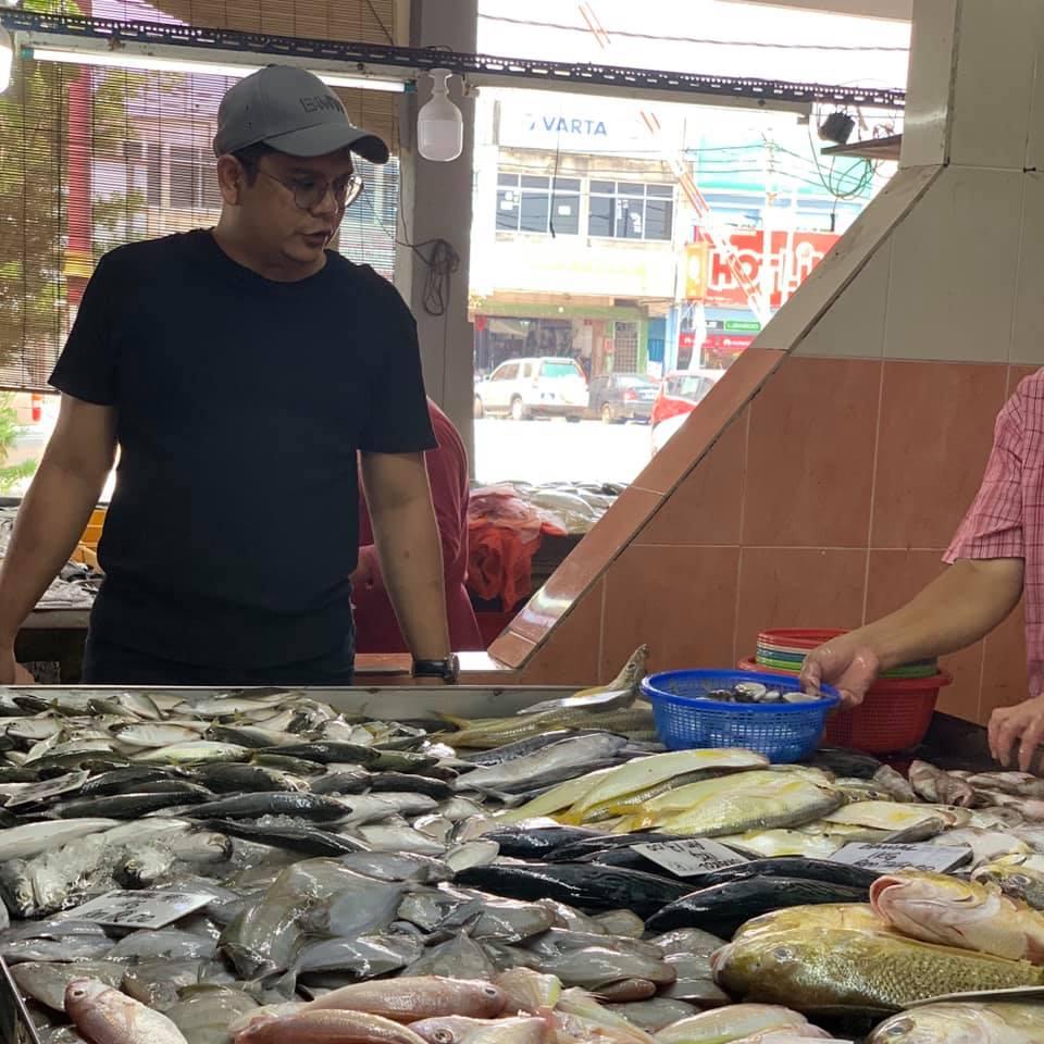 Jadilah Suami Mahir Beli Ikan Di Pasar, Siang Dan Simpan Elok Dalam Peti Ais