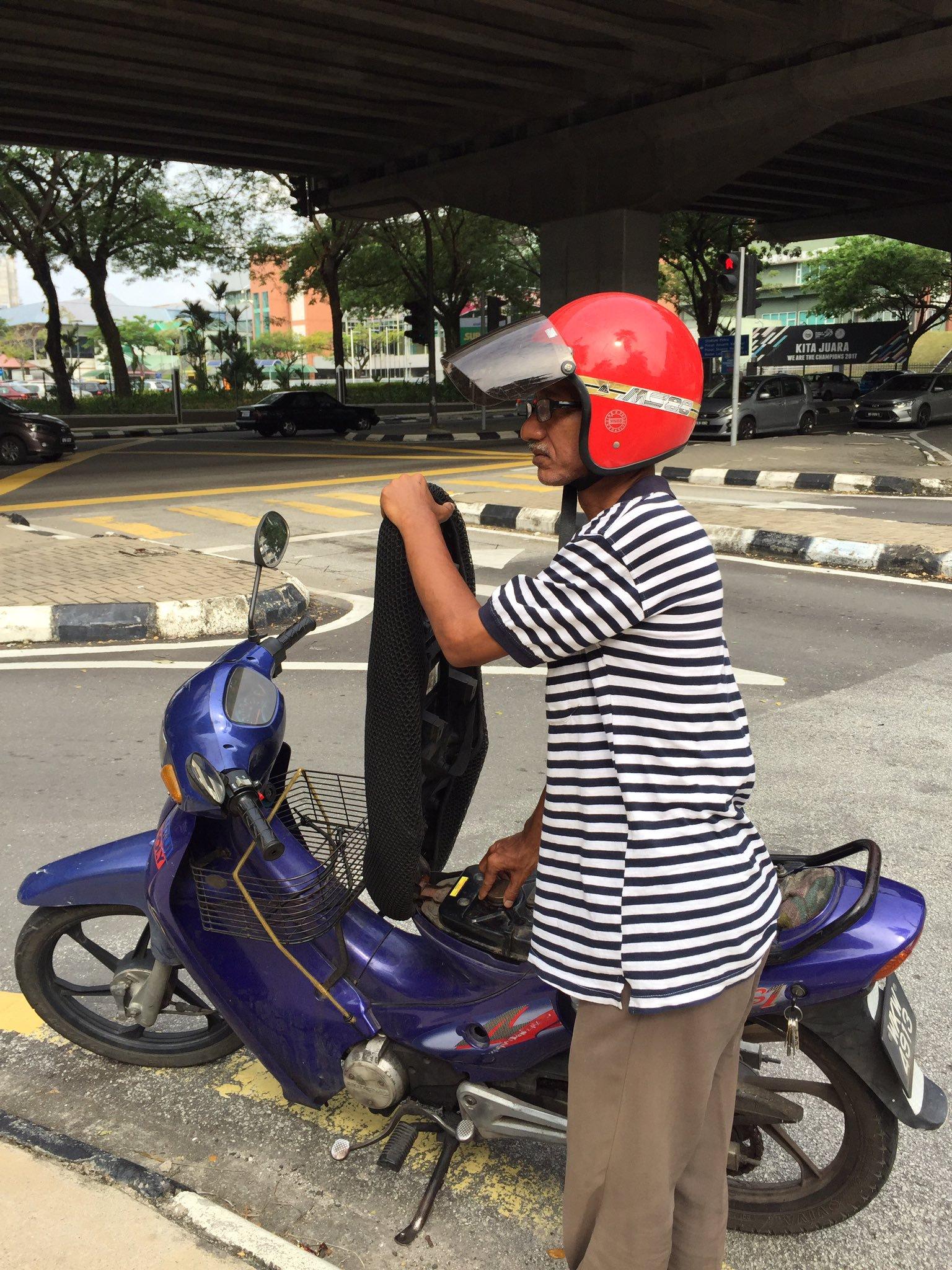 Balik Hantar Anak 'Interview' Kerja, Motor Abah Habis Minyak, Sudahnya Ini Yang Jadi