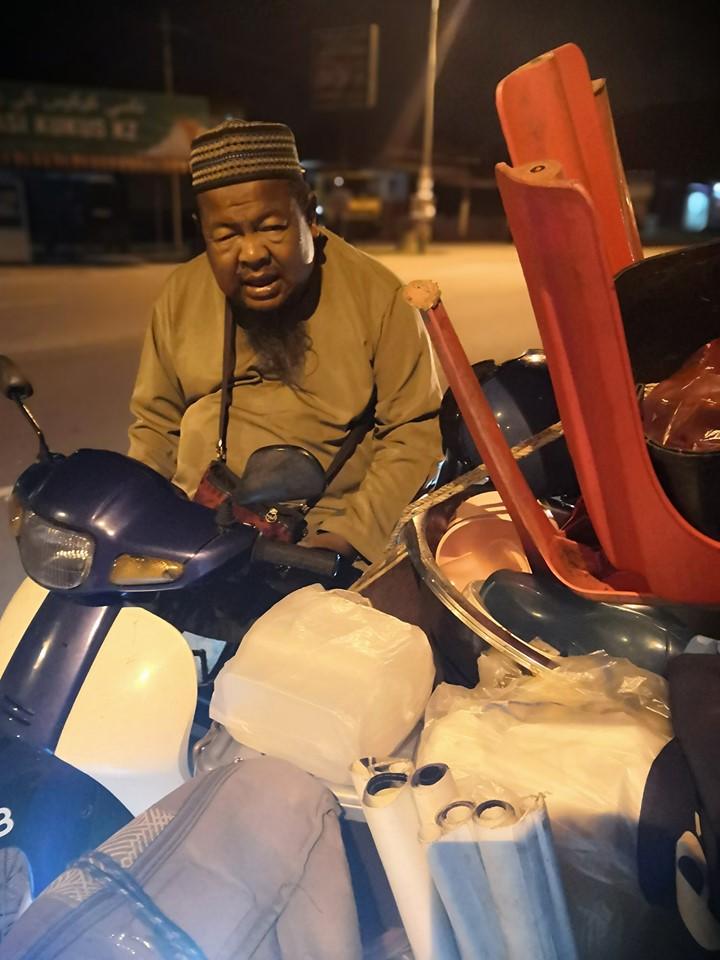 2 Budak Itu Lena Berhimpit Longgokan Barang, Atas Motor Roda Tiga