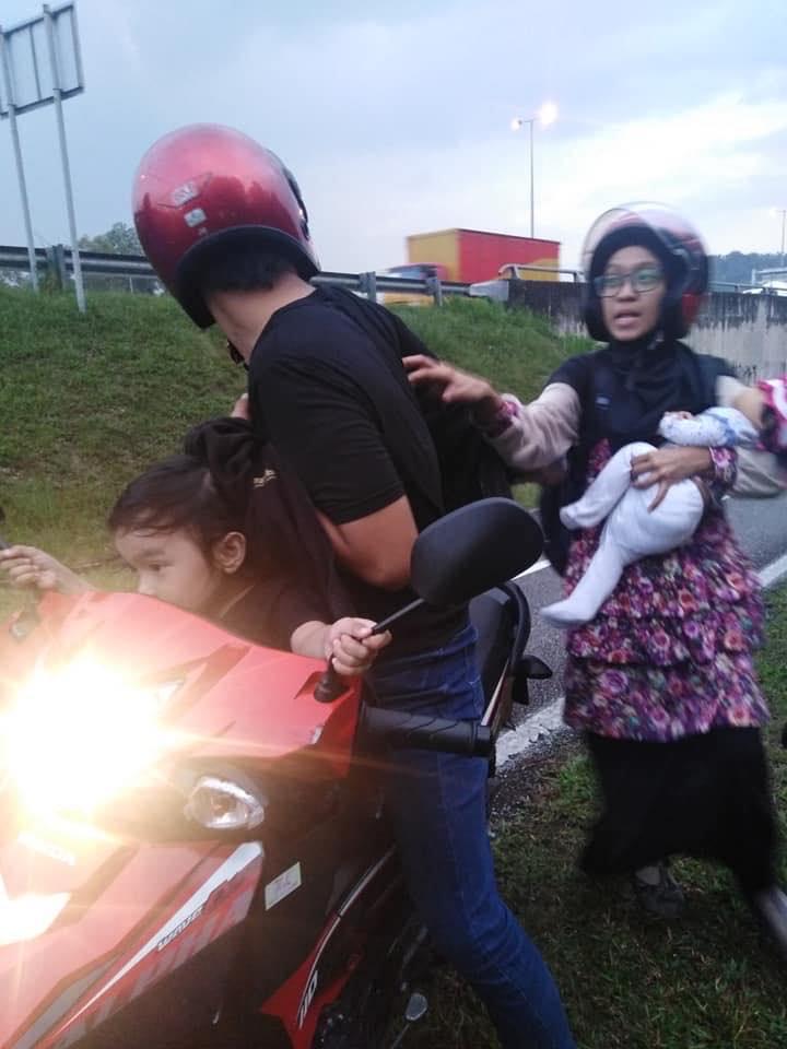 Lelaki Ini Bantu Suami Isteri OKU Dari Tepi Highway, Hingga Selesai Urusan Bank
