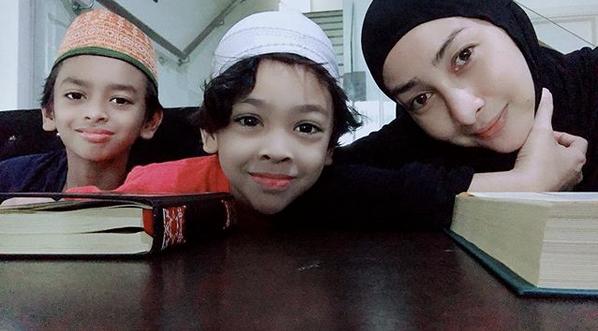 Setiap Hari Rita Rudaini Mengaji Online, Selama 30 Minit Dengan Anak-anak