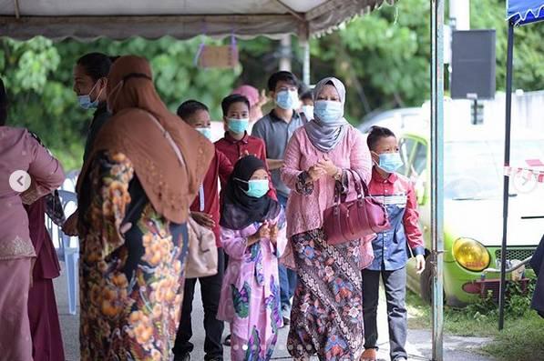 Manis Bertudung Sedondon Merah Jambu, Zarina Anjoulie Dan Suami Di Majlis Resepsi