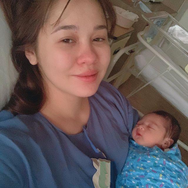 Suami Menangis Kesyukuran Timang Anak Sulung, Emma Maembong Bersalin Normal